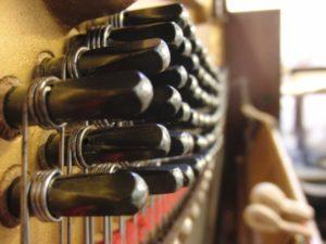 Caviglie nuove montate su un pianoforte verticale